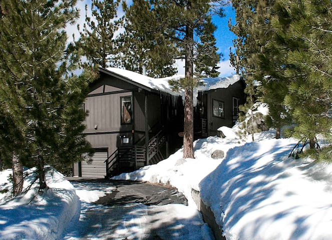 Lake View! Large Deck w/BBQ, Fireplace, near Casinos and Skiing (NVH0824)