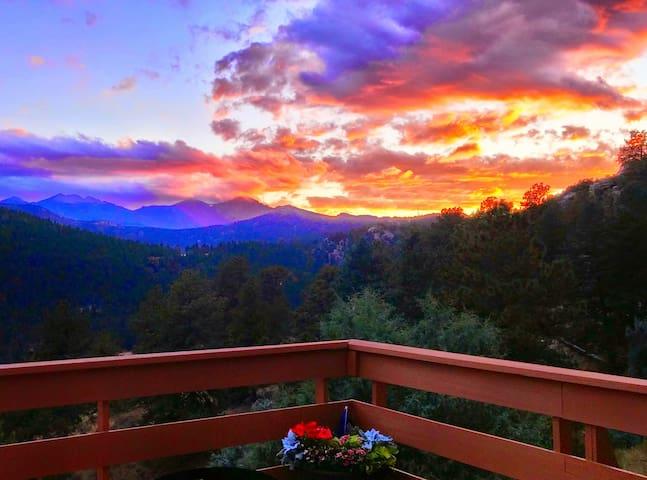 Longs Peak Vista Cabin w/amazing view on 2.5 acres