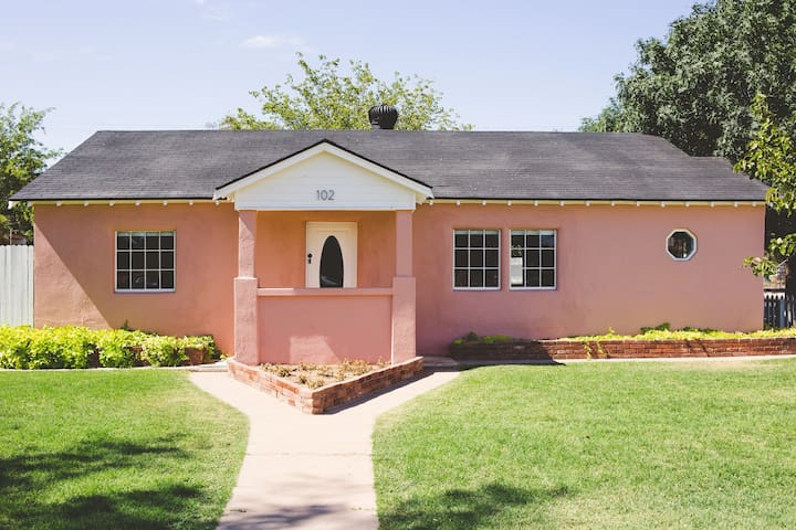 Cozy Pink House for the  perfect Gilbert Getaway!