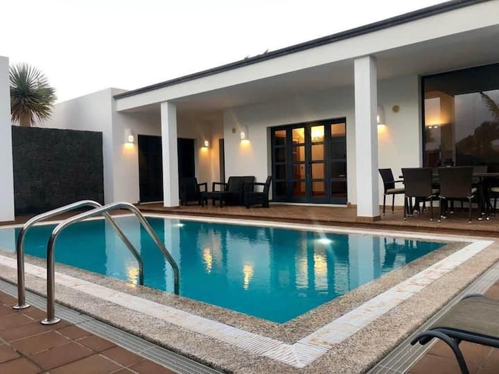 Villa deluxe with private pool ONLY families I