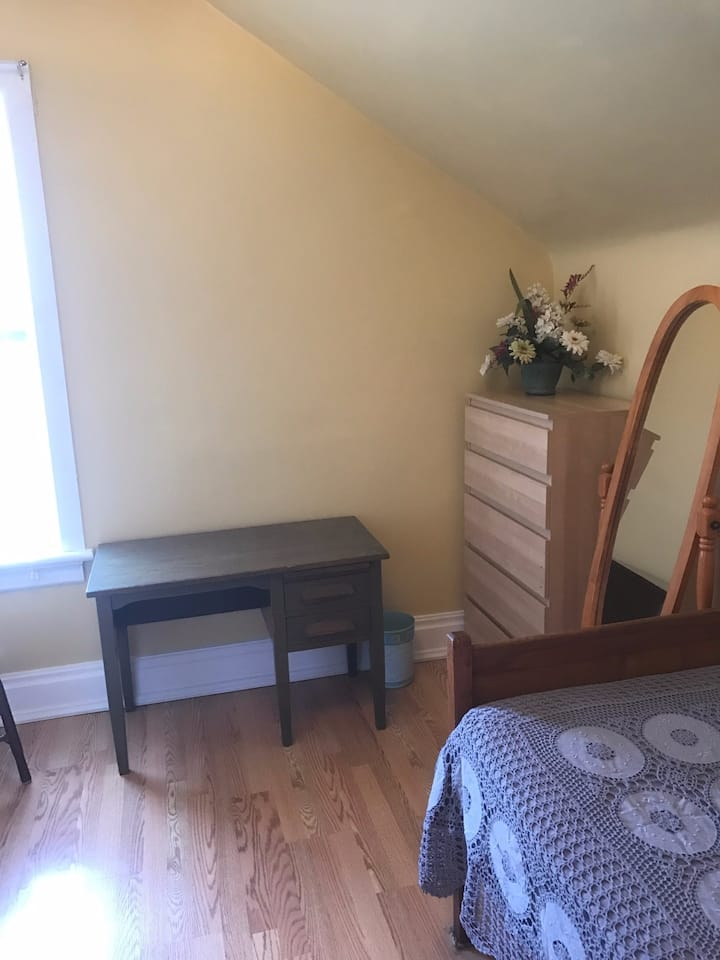 Bright Cozy Room, Great Midtown KW Location