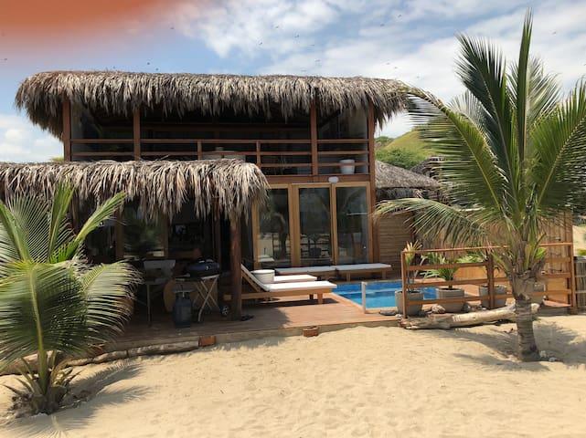 Preciosa casa frente al mar en condominio seguro.