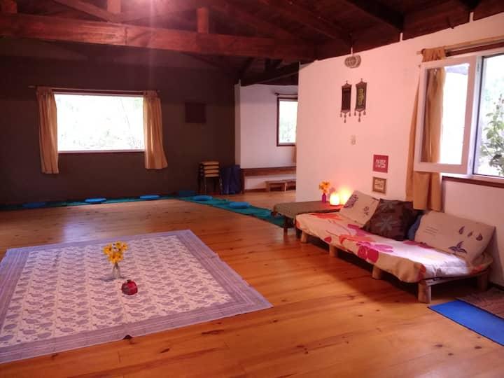 Cabaña con un amplio espacio, 2 baños y 1 cocina.
