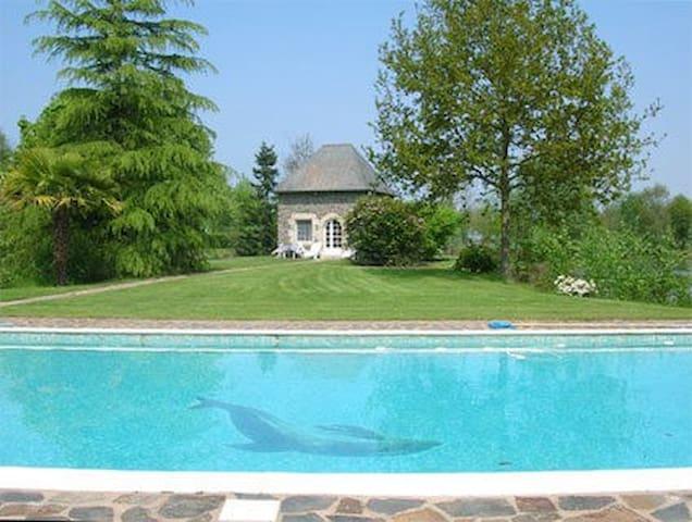 T2 dans propriété, étang,piscine - Roz-Landrieux - Dům