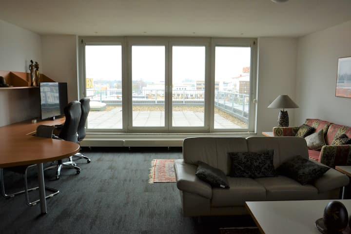 Stilvoll eingerichtetes Penthouse mit Dachterrasse