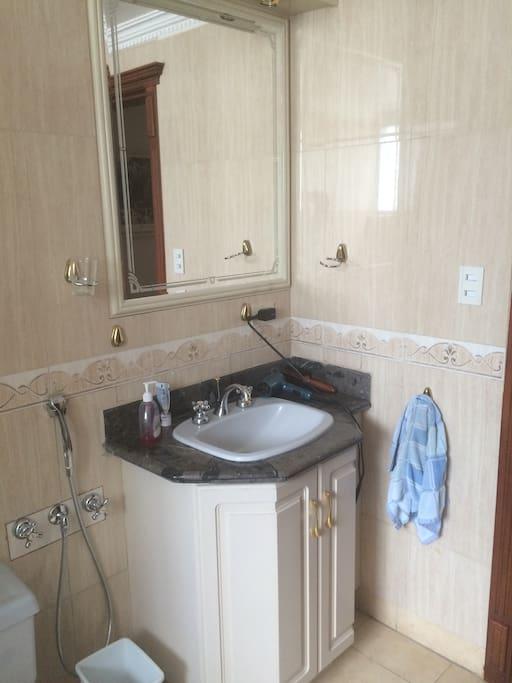 Vista de otra parte del baño, cuenta con secador de cabello