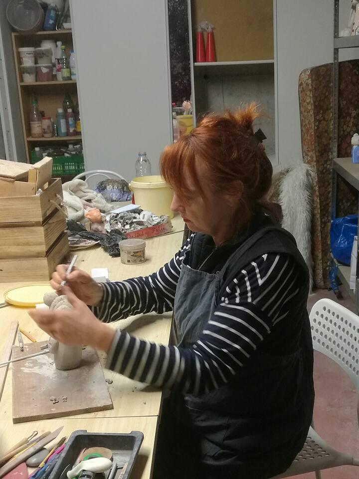 En plein travaille dans l'atelier