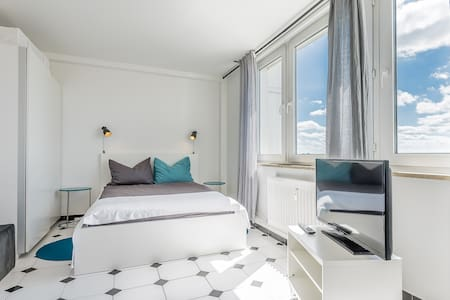 Modern studio with Wi-Fi and city views - Augsburg