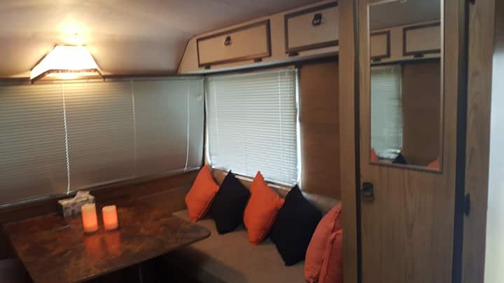 COSY Retro Caravan - FREE off street parking, WIFI