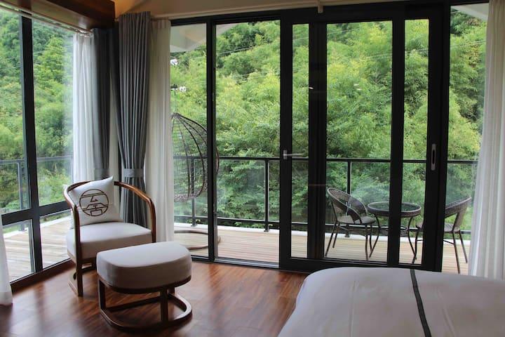 莫干山景区网红民宿高级临溪大床房(小溪竹林环绕)超大阳台