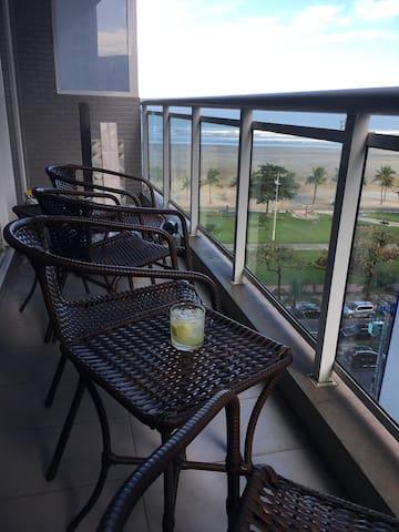 Varanda com uma linda vista. Que tal um drink apreciando o mar?
