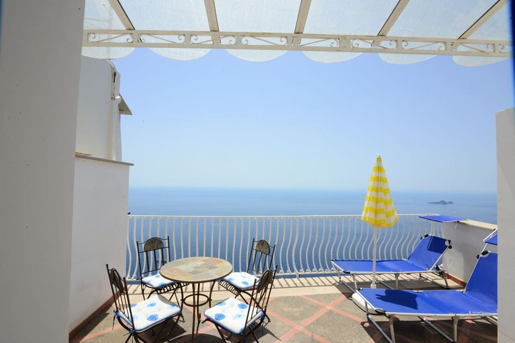 The terrace has  20 square meters.It is equipped with a table and chairs for four people,and two sun loungers.From the terrace you will enjoy a broad view of the sea and of Positano