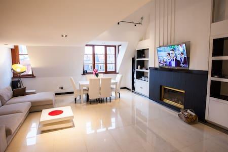 ★★★Luxury triplex penthouse, old town, terrace 3BR