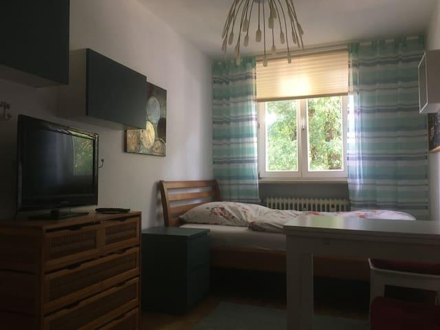 Schönes Zimmer im Grünen, nur 15 Min. zum Zentrum