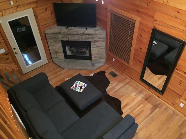 Real Log Cabin w/ Secluded Hot Tob/Cozy Loft/WiFi