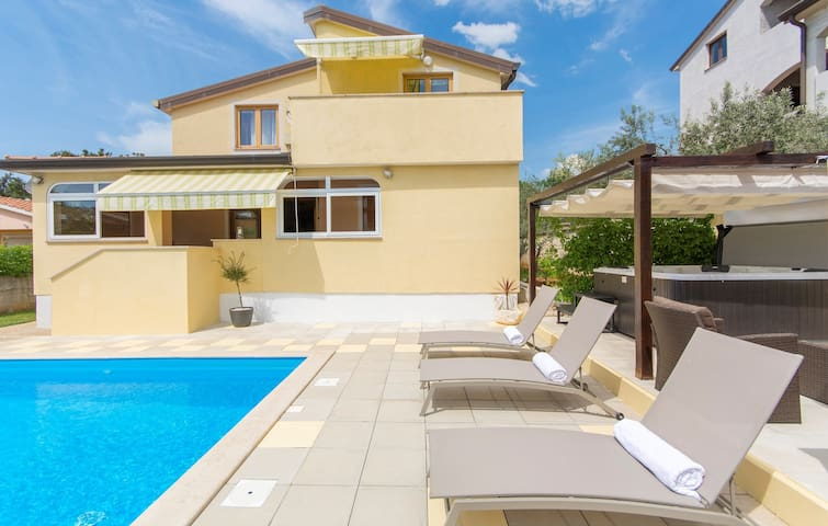 Apartment Complex Sani with Pool / One-Bedroom Apartment Sani II with Roof Terrace and Shared Pool