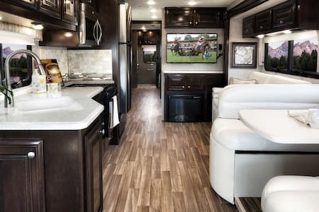 Luxury RV on the Guadalupe River! (3 beds 2 bath) - New Braunfels - Wohnwagen/Wohnmobil