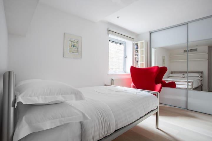 Lovely private room in Central London