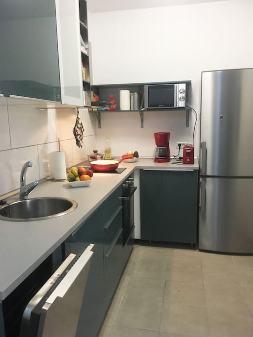 Cocina bien equipada con lavavajillas y horno