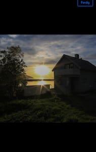 Koselig hus i Øksfjord nede ved sjøen.