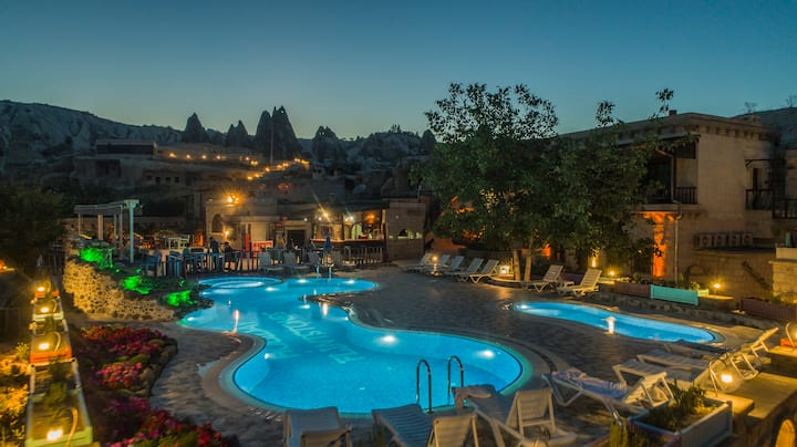 Holiday Cave Hotel