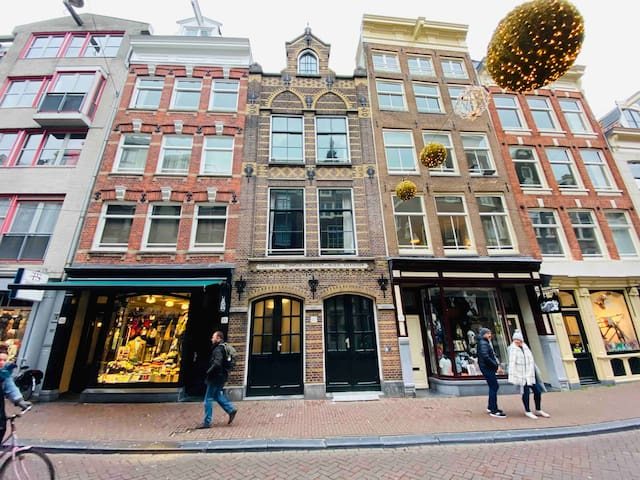 DAZZLING APARTMENT IN THE CENTRE OF AMSTERDAM