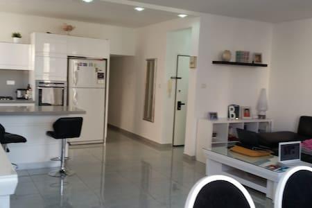 3 pièces 93 m² centre ville, proche plage - Netanja