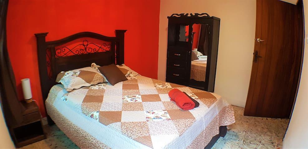 Habitación muy cómoda con baño a 15 min areopuerto