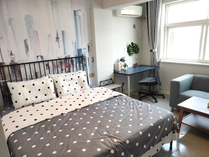 丁香公寓515:火车站、万象汇、美食街中间,宜家家具,阳光充沛,豪装宽敞乳胶弹簧大床房,整租。
