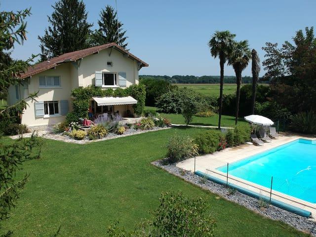 Villa aislada con gran piscina privada y jardín