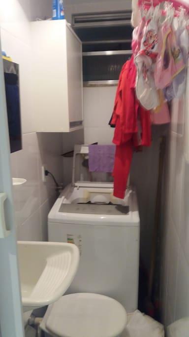 Área de Serviço com tanque e máquina de lavar