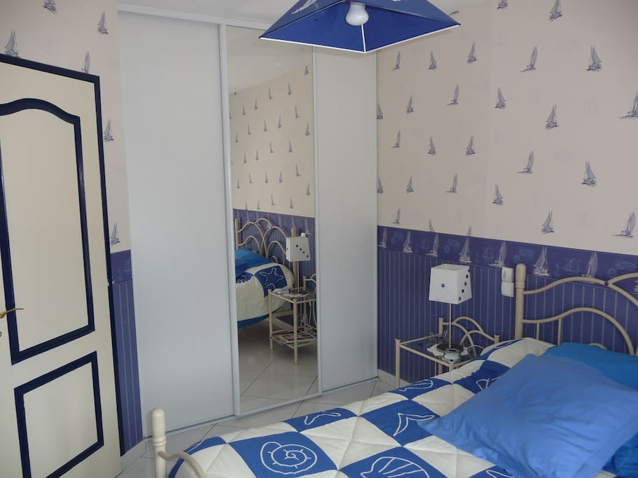 Chambre, lit de 140, équipé draps et couvertures