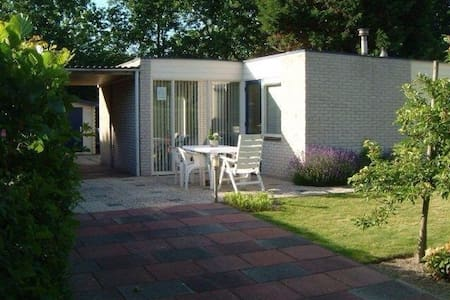 BUNGALOW,ong.1500 meter van strand - Ouddorp