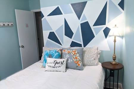 Quiet, Cozy, Clean Guest Room Close to Everything