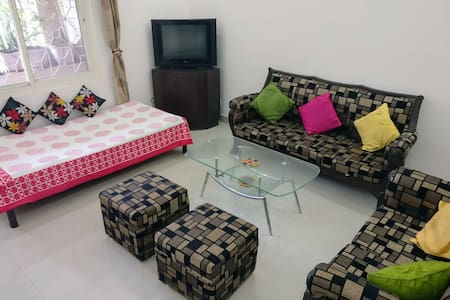 Garden facing, peaceful stay with AC+WiFi+Kitchen - New Delhi - Lägenhet