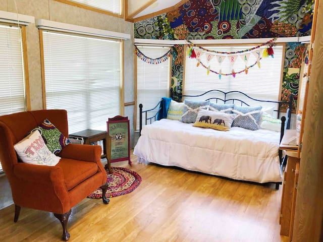Gypsy Wild Tinyhome Glamping Close to Garner Park