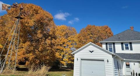 Spacious 4BR Rustic Farmhouse +Countryside Retreat