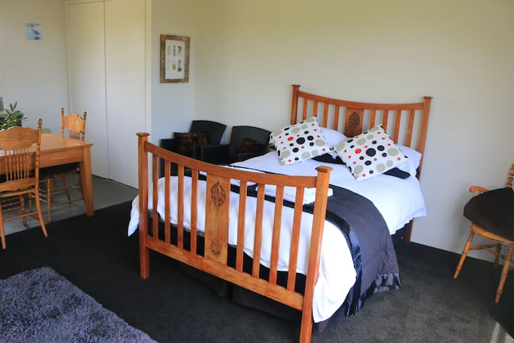Kotuku Cottage, Hokitika. Comfort and activities!