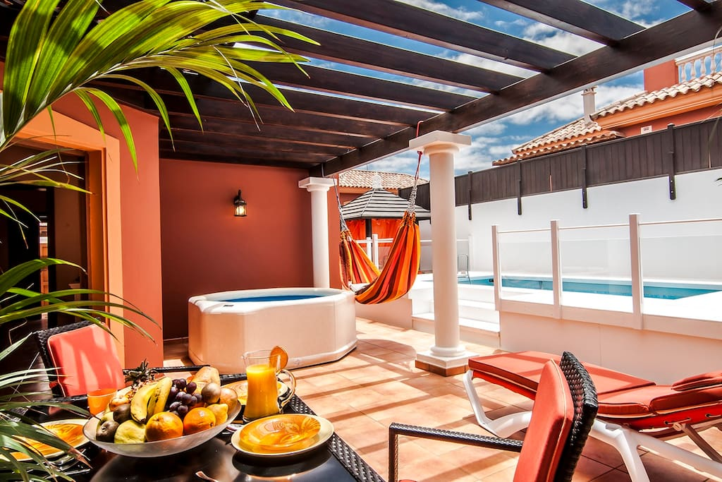 Terraza, piscina y jacuzzi—Terrace, pool and jacuzzi