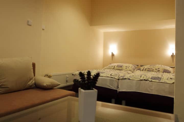 Dvoulůžkový pokoj s velkou pohovkou