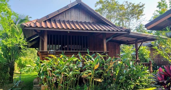 Chuenwaree#3 บ้านเรือนไม้ในสวนริมแม่น้ำชิดธรรมชาติ