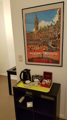 Grande chambre avec sdb privée, petit salon et TV
