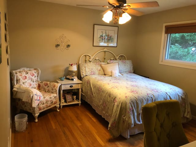Brookhaven 1 queen bed, 1 mile from hospitals