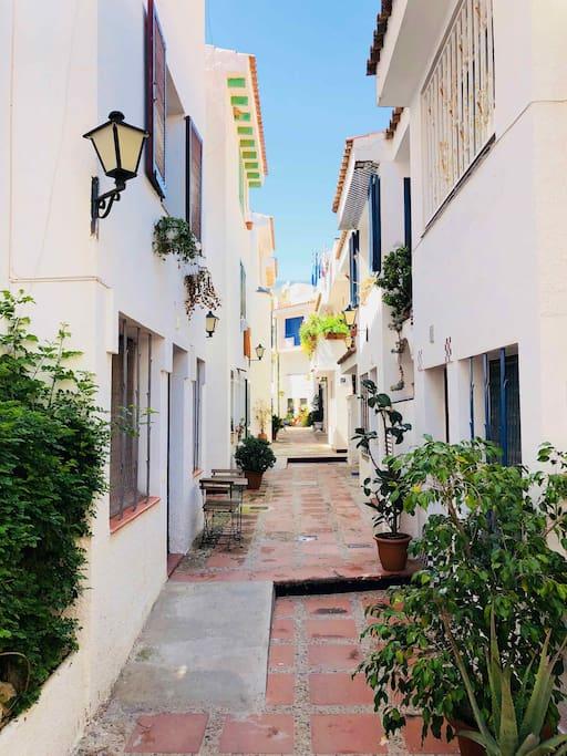 L'appartement se trouve dans une rue tranquille du Port de Sitges
