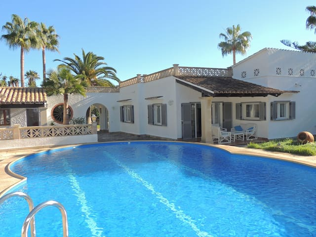 Charming villa with private pool and air conditioning, near the beach