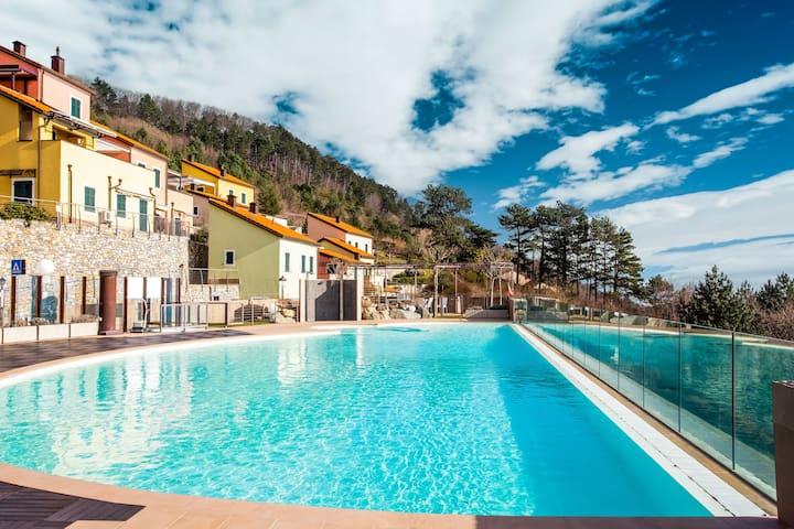 Maison de vacances-boutique à Magliolo avec piscine