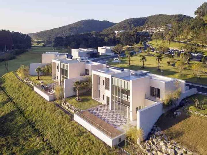 해운대비치골프리조트내 단독수영장 사우나 정원을 겸비한 초호화 럭셔리 200평 신축 개인별장