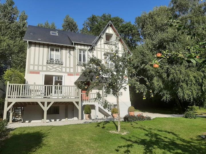 Maison de caractère avec jardin à Hennequeville