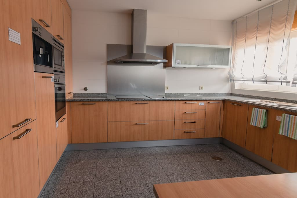 Cozinha equipada com utensílios de cozinha, 2placas vitrocerâmicas, forno, microondas, frigorífico+congelador, máquina de lavar loiça e máquina de café com café gratuito. Acesso grátis à internet wifi.