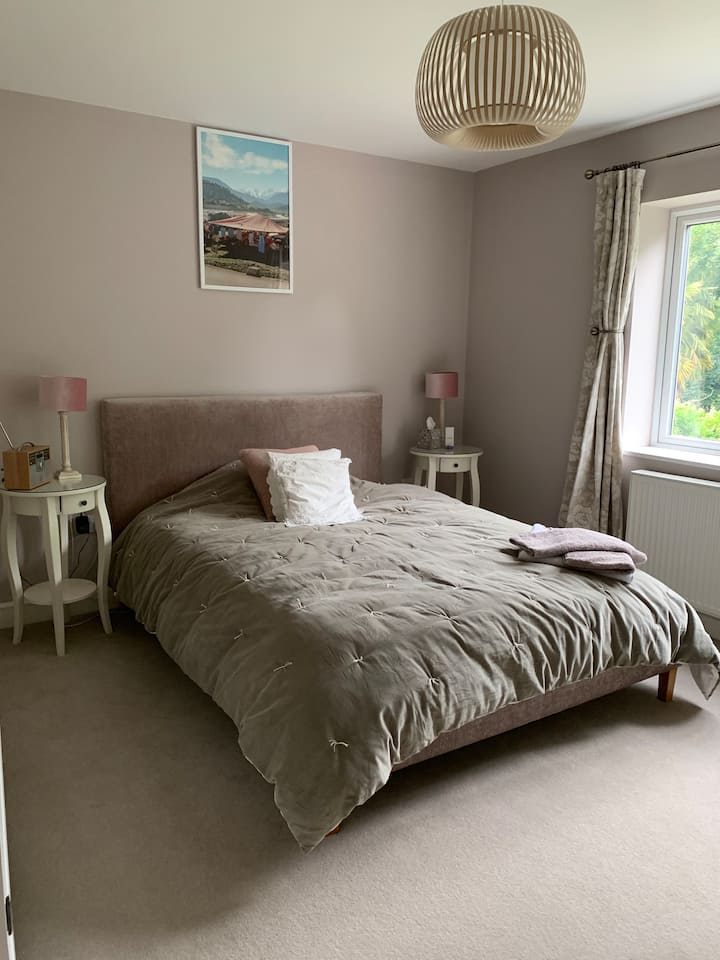 TW11 beautiful and clean guest room with en-suite